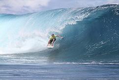 Местный серфер Tuamata Puhetini побеждает в отборочном туре Air Tahiti Nui Von Zipper