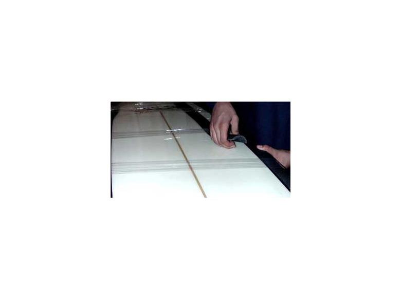 Просуньте половинки трубки под ленту