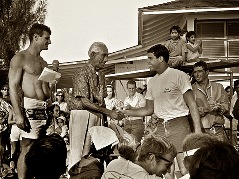 1965 Sunset Beach Hawaii, awards for the first Duke Contest. Foto Leo Hetzel