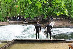 Серфинг в английском саду Мюнхена на реке Айсбах