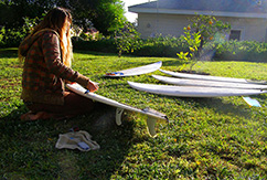 Кайла Ланген делает свечи из воска для серфинга
