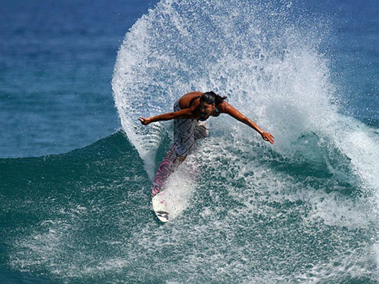 Танец на пилоне обеспечивает хорошую разминку для ног. Он помогает молодой серфингистке набрать форму, когда она нуждается в ней больше всего.