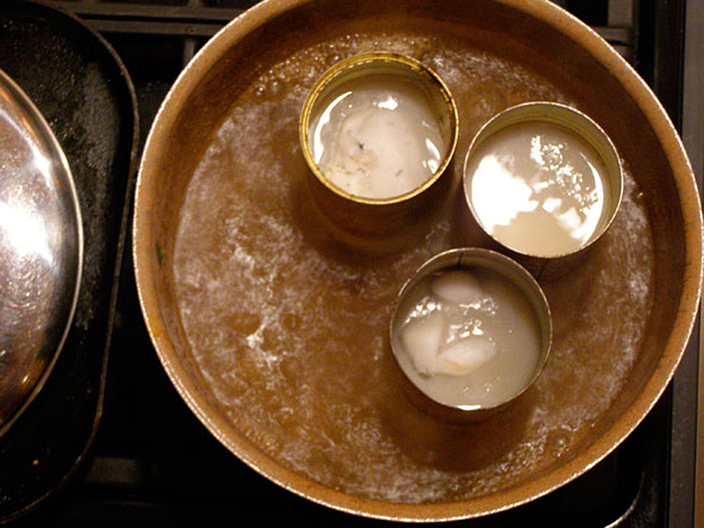 Теперь поместите их (банки) в кипящую воду и ждите, пока воск полностью не расплавится.