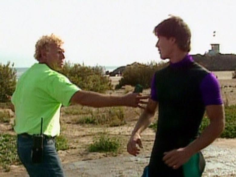 В драке на пляже одного из актеров отправили в нокаут:)