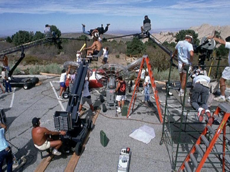 Для съемок сцен со скайдайвингом использовались специальные краны и большой вентилятор:)