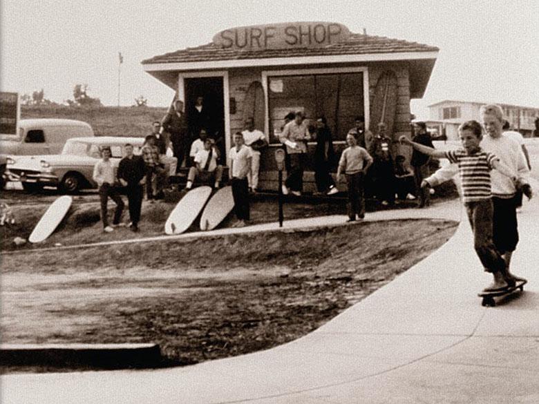 Пэт и Майк О'Нилы занимаются скейтбордингом. Санта-Крус (1959 г.)