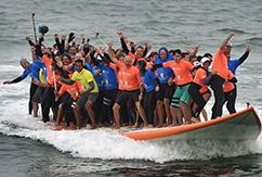 Американские серферы установили мировой рекорд: 66 человек на одной доске