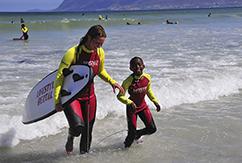 Волонтеры в Южной Африке привлекают детишек к серфингу