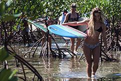 Красотки на Филиппинах катаются на лонгборде