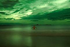 12 необыкновенных фотографий сёрфинга в лучах полярного солнца