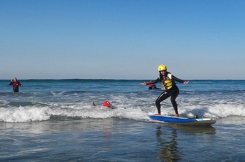 Слепоглухая девушка учится сёрфить