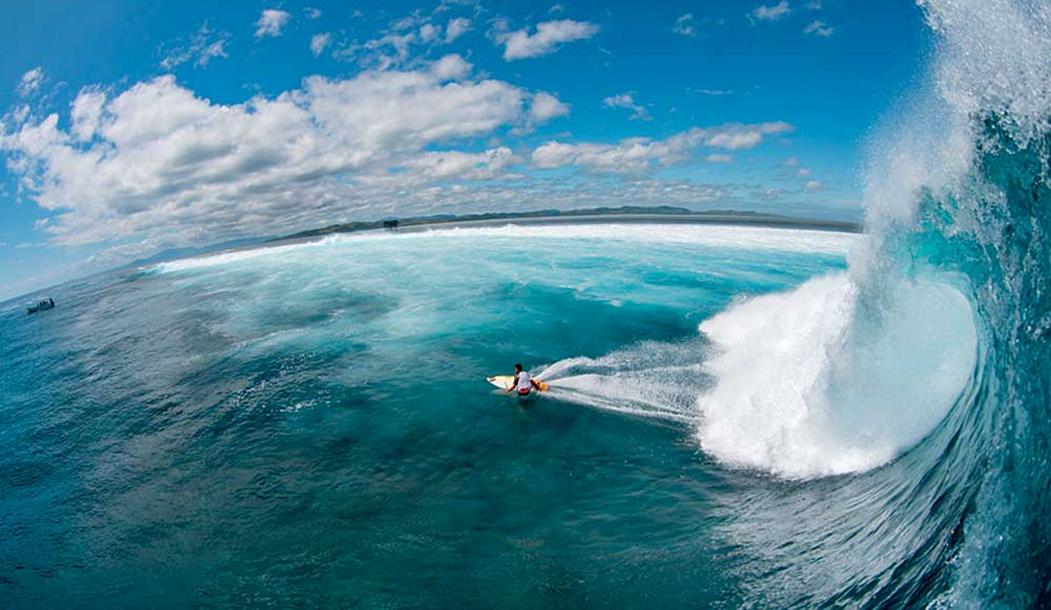 Сет Монис чувствует себя одинаково комфортно, выписывая воздушные па или работая у подножья волны. Здесь Мунис нарезает в Фиджи.