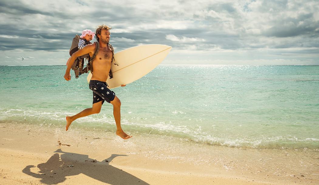 Бодрый и загорелый отец-серфер по пути на спот на Маврикии