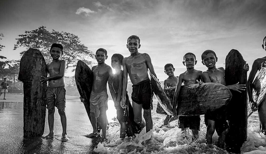 В этой индонезийской деревушке каталка в одиночку не в почете. Эти ребятишки готовы поделиться всем, начиная с волн и заканчивая самодельными бордами.