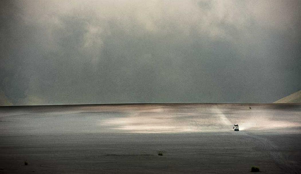 Харрисон Роач и Зай Норрис едут на помятом «ленд-крузере» 70-х годов выпуска.
