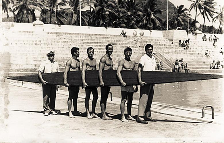 Тарзан Смит (в центре справа), Вайкики, 1940