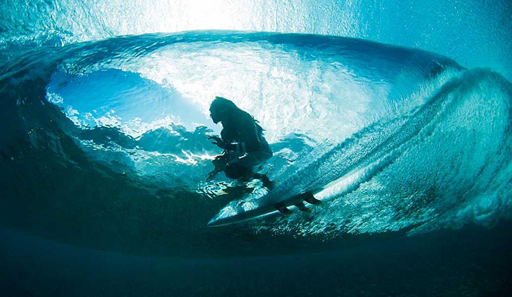 Роб Мачадо перерисовывает волны в Таити.