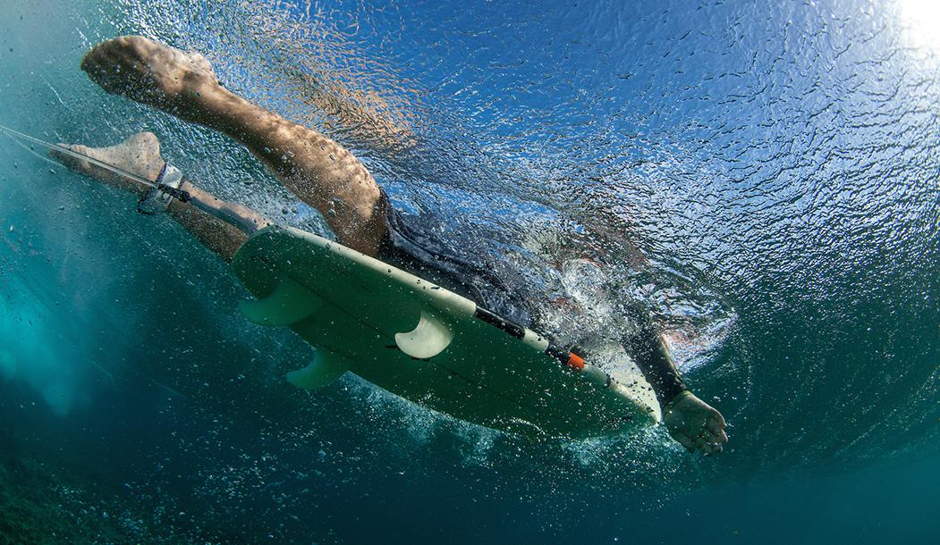 Подводная съемка бигвейва на волнах Индийского океана