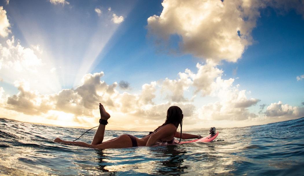 Алисон Тил приехала в гости с Гавайев, чтобы пошлепать по воде в лучах заката