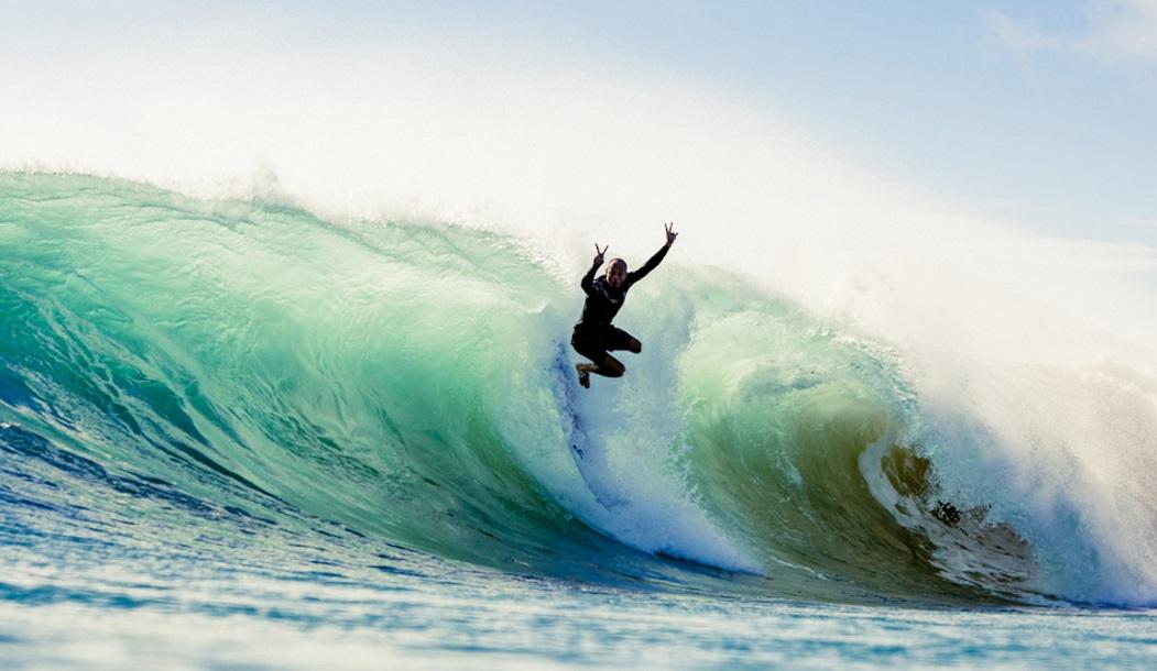 Джефф Браун позирует на камеру, слетая с волны