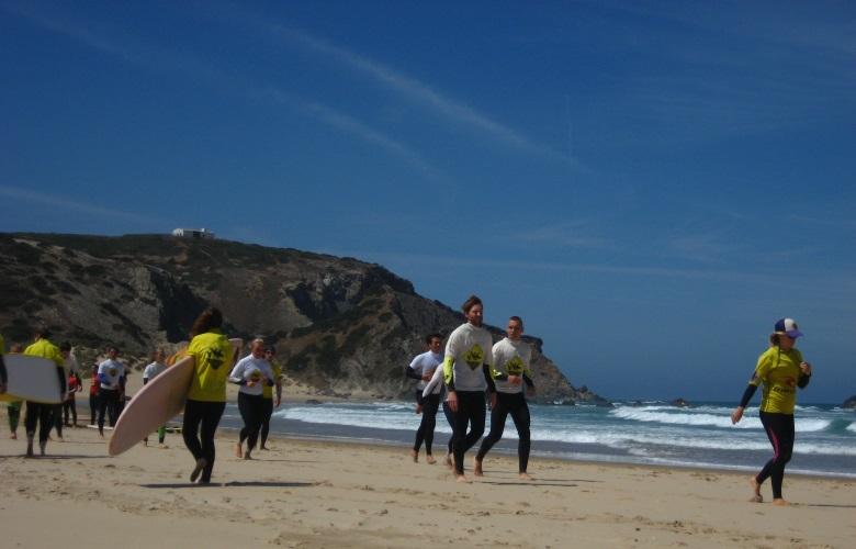Инструкторы попеременно запускали группы в воду