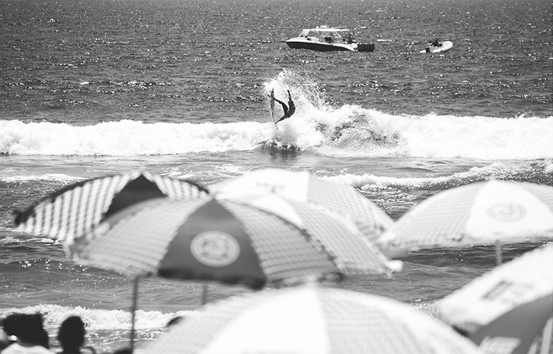 Волны на Хантингтон Бич в этот день были невелики
