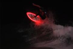 Светящиеся борды зажигают сёрф на Surf De Nuit во Франции